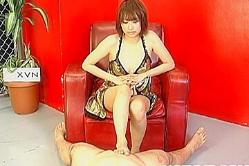 Reimi Fujikura spreads legs for a big dong