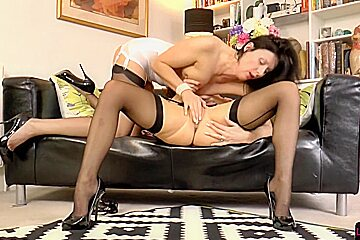 British babe queened by lesbian beauty