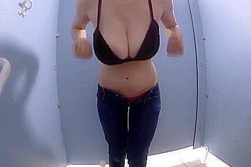 Grosse qui branle dans les vestiaire de la piscine