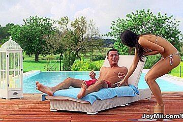 Carolina and Nick R. - The Towel Trick - Joymii