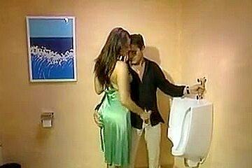 Chaudasse très bonne fait une branlette dans les toilettes