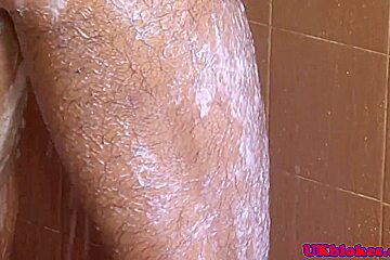 Brit jock in the shower gets facialized
