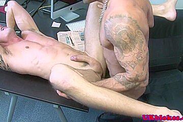 Muscled Damien Crosse fucks Jay Roberts