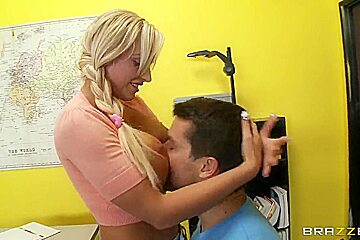 Ramon gives a good fuck to this amazing blonde pornstar