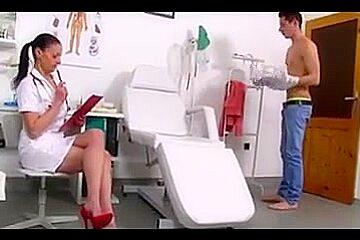 Renate enfermera jalandosela a un sujeto y se viene en sus tetas