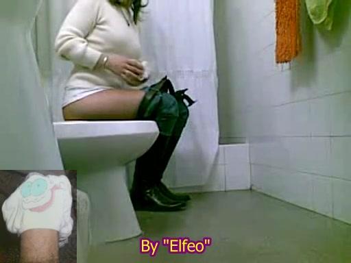 девушка сидит в туалете после наказания клизмой фото