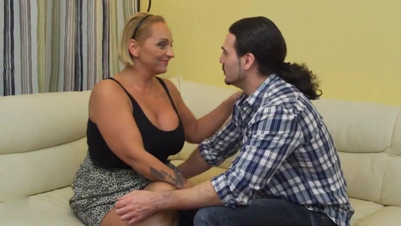 Взрослая дама трахает парня в жопу — img 14